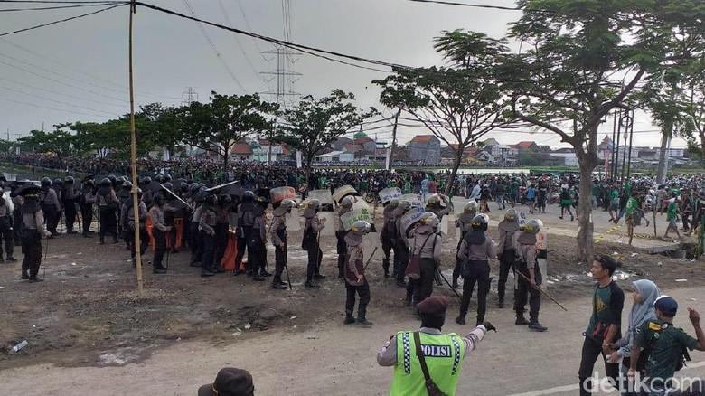 Paksa Masuk Stadion, Massa Suporter Bentrok dengan Polisi