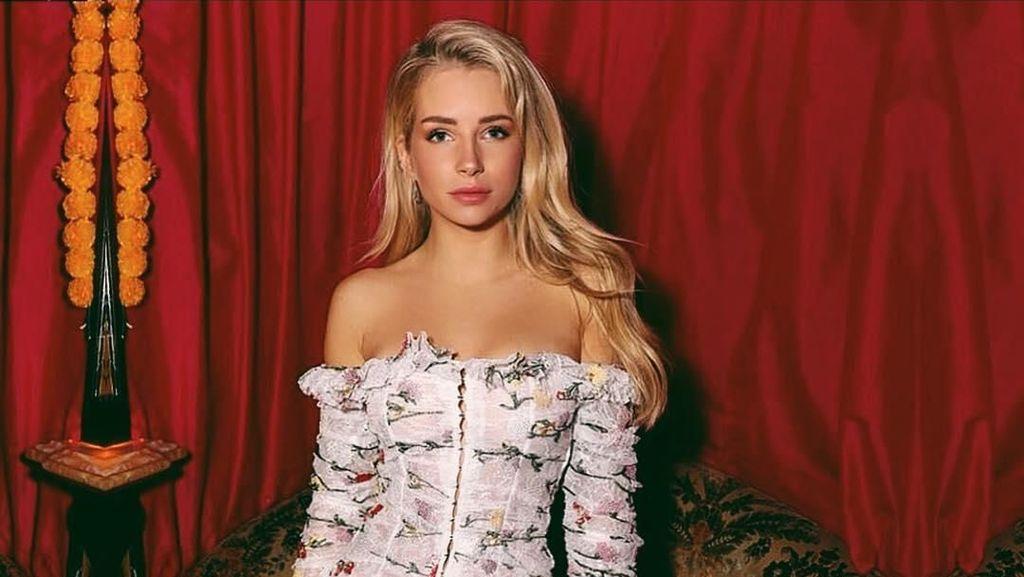 Adik Kate Moss Jadi Sensasi Karena Foto Topless di Atas Balkon