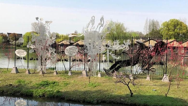 Karya Seniman Entang Wiharso Chronicles Fence Mejeng di China