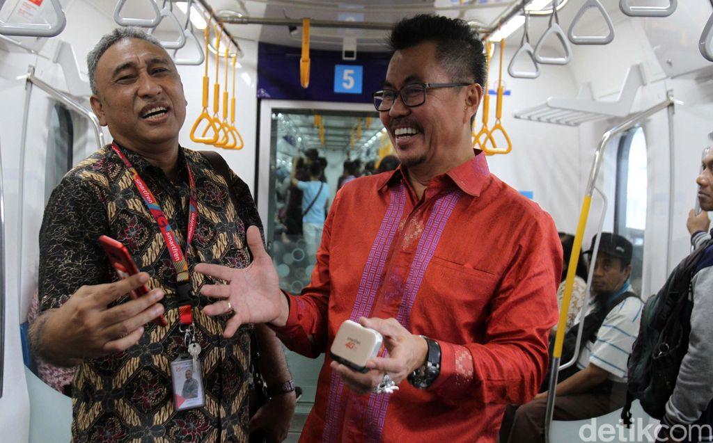 Deputy CEO Smartfren Djoko Tata Ibrahim dan VP Technology Relations and Special Project Smartfren Munir Syahda Prabowo saat mencoba sinyal Smartfren didalam MRT Jakarta, Selasa (9/4/2019).