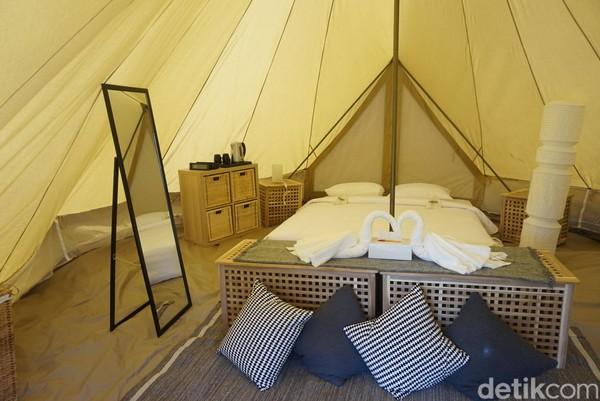 Tenda pun difasilitasi dengan tempat tidur nyaman, dengan sofa dan meja (Shinta/detikcom)