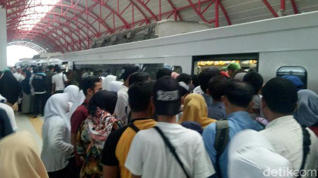 Kampanye di Palembang, Prabowo Singgung LRT Tak Efisien