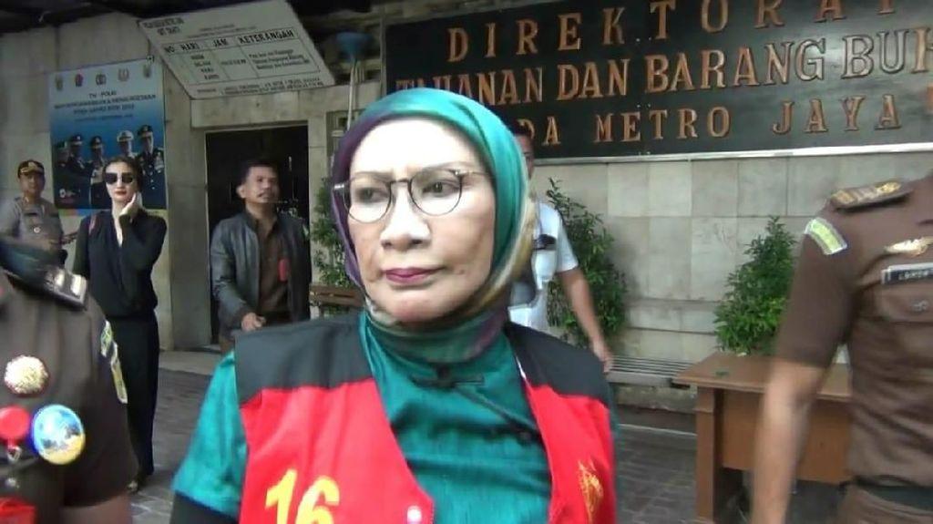 Ditemani Atiqah Hasiholan, Ratna Berangkat dari Polda ke PN Jaksel