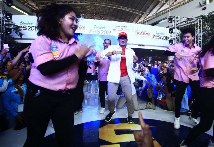 Sandiaga ikut nge-dance dengan para dancer. Peserta yang didominasi kaum milenial berteriak histeris mengikuti irama lagu dan menyaksikan Sandiaga beraksi dengan para dancer. Pool/KAHMI.