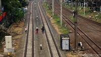 Akibatnya, pada saat switchover nanti ada juga jadwal beberapa kereta api dari daerah yang terganggu.