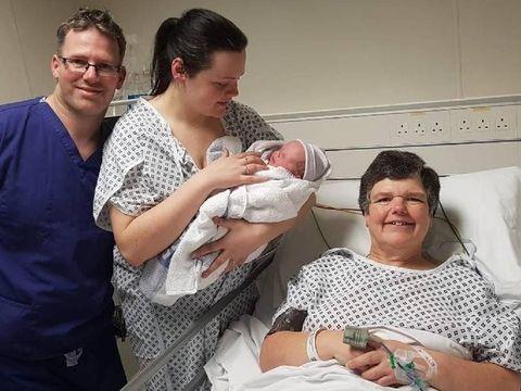 Emma Miles dan putrinya Tracey serta sang cucu yang baru dilahirkannya.