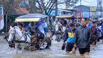 Potret Warga Basah-basahan Terobos Banjir di Jalan Dayeuhkolot-Banjaran