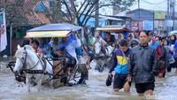 Rata-rata warga yang hendak berangkat bekerja dan sekolah menggunakan perahu, delman dan berjalan kaki untuk melintasi jalan tersebut.