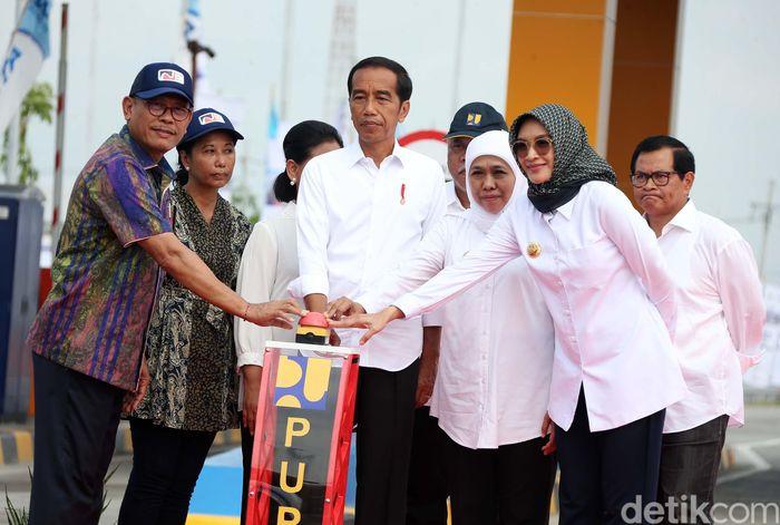 Presiden Jokowi membunyikan sirine sebagai tanda telah beroperasinya tol Pasuruan-Probolinggo.