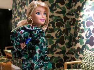 Resmi! Barbie Jadi Anak Hypebeast, Pakai Baju BAPE