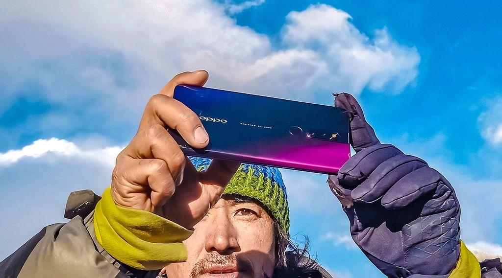 Oppo mengajak fotografer Adam Meng dan ahli pegunungan Dr Nima Namgyal Sherpa menjelajahi base camp Everest untuk menjepret keagungan gunung itu dengan Oppo F11 Pro. Foto: Oppo