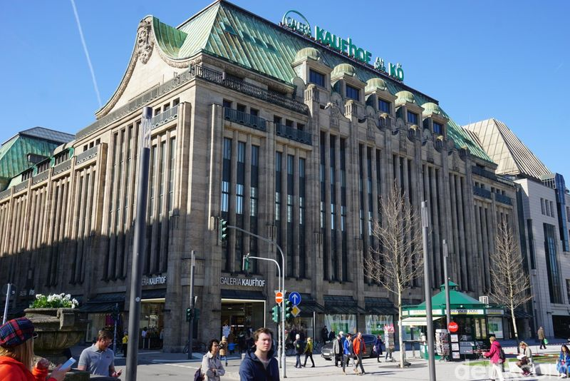 Galeria Kaufhof adalah salah satu pusat perbelanjaan tertua di Jerman. Galeria Kaufhof dibangun sejak tahun 1879 dan masih berdiri sampai sekarang. (Wahyu Setyo/detikcom)