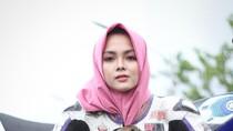 Gaya Kintan Laksana, Hijabers Berbadan Mungil yang Hobi Naik RX King