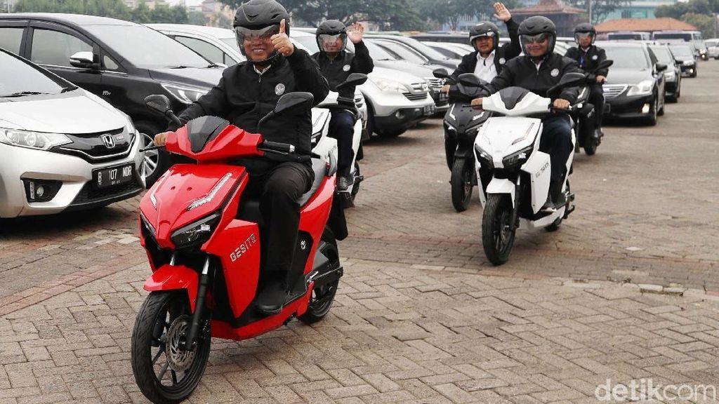 Menristek Jajal Motor Listrik Nasional