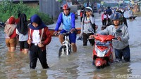 Jalan Raya Dayeuhkolot-Banjaran, Kabupaten Bandung terputus akibat banjir sejak beberapa hari lalu.