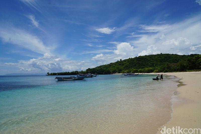 Menuju ke sini traveler bisa berangkat dari Pelabuhan Tanjung luar dengan naik kapal cepat. (Syanti/detikcom)