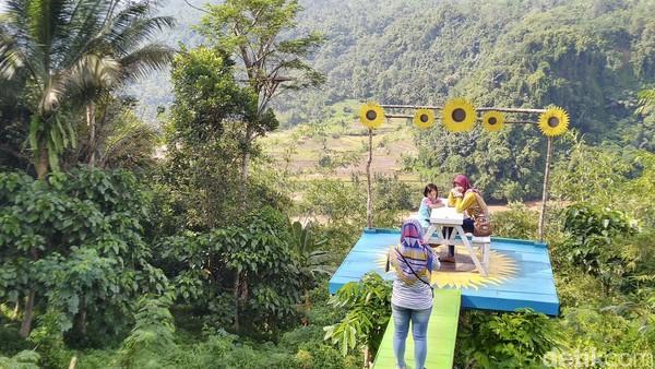 Latar wisata ini merupakan hutan dan tebing dengan pohon yang hijau. Di bawahnya ada Sungai Citanduy dan persawahan. Di seberang Sungai Citanduy merupakan wilayah Kabupaten Tasikmalaya (Dadang Hermansyah/detikcom)