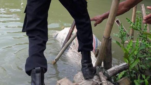 Penemuan mayat dalam karung.