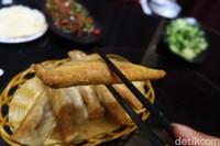 Kalau dumpling goreng biasanya hanya berisi daging. Rasanya pun tak kalah nikmat dari dumpling kuah. (Bonauli/detikcom)