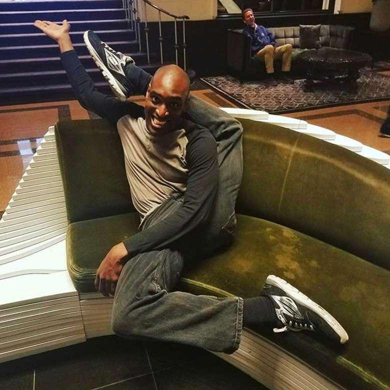 Siapa yang bisa memiliki tubuh selentur Troy James? Dengan kemampuan tubuhnya yang super elastis ini ia membuat banyak orang terkesima. (Foto: Instagram/twistytroy, ditampilkan atas izin yang bersangkutan.)
