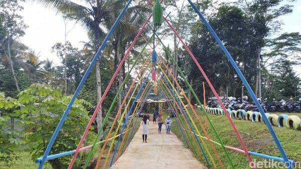 Tempat wisata yang dikelola oleh Badan Usaha Milik Desa (BUMDes) ini terus berbenah. Selain akses jalan menuju lokasi yang sudah baik, spot foto diperbanyak (Dadang Hermansyah/detikcom)