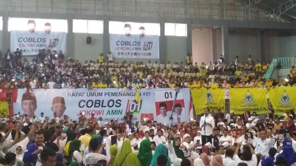 Basah Kuyup Keringetan Saat Orasi, Jokowi: Pilpres di Jatim Panas Banget