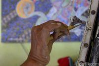 Sempat Dianggap Gila, Pria Ini Sukses Jadi Seniman Batik di Kanvas