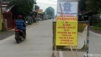 Polres Bandung memasang pengumuman terkait banjir di Andir Dayeuh Kolot. Pengendara diminta untuk mencari jalur lain.