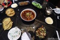 Saat makan bersama, biasanya masyarakat China mengeluarkan beberapa sajian menu. Untuk makanan pokok ada nasi dan mantou yang bisa dipilih. Kemudian olahan sayur dan daging sebagai lauk. (Bonauli/detikcom)