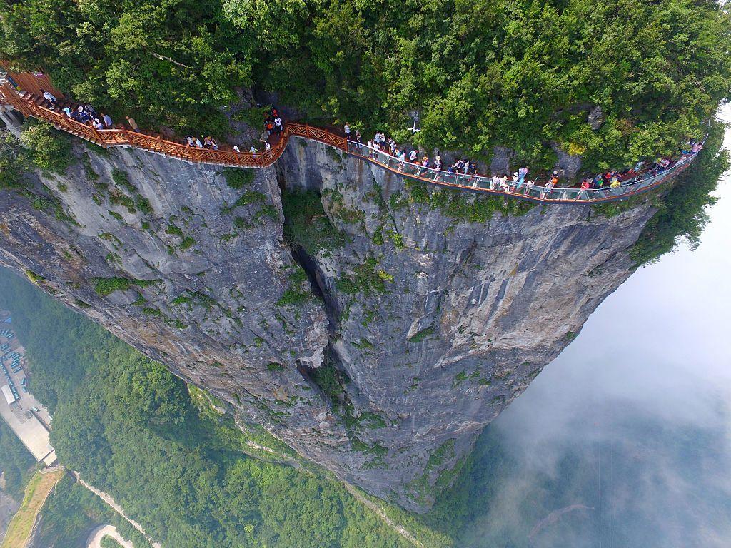 Berlokasi di Zhangjiajie, China, jembatan kaca sepanjang 100 meter dengan lebar 1,6 meter ini nangkring di salah satu sisi tebing gunung Tianmen. Semoga saja ini adalah kaca terkuat di planet Bumi. Foto: VCG/VCG via Getty Images via Postfun