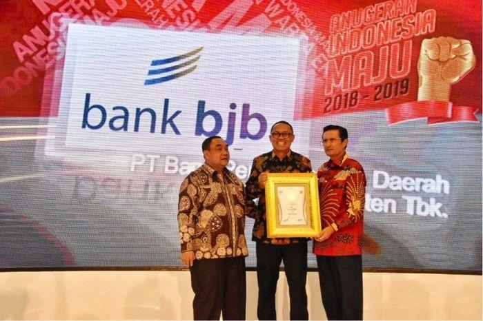 Penghargaan diterima Direktur Kepatuhan dan Manajemen Risiko yang melaksanakan tugas Direktur Utama bank bjb Agus Mulyana. Foto: dok. bjb