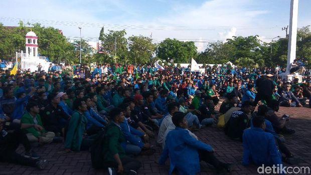 Demo Tolak Tambang di Aceh Rusuh Lagi, Pagar-Plang Kantor Gubernur Dicopot