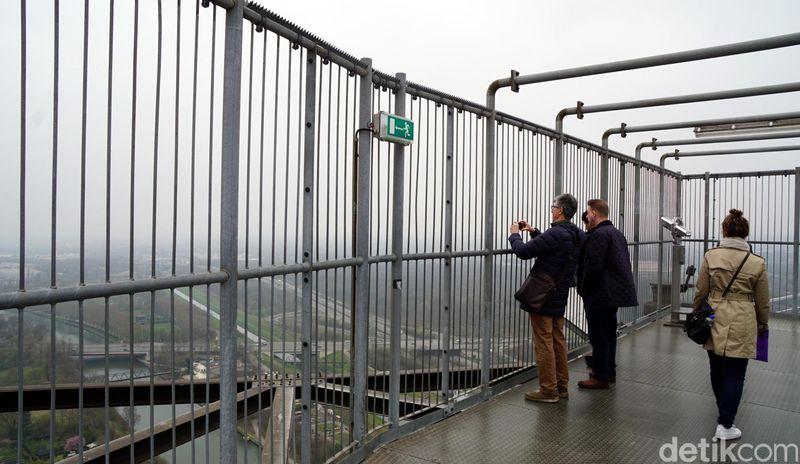 Traveler bisa menikmati pemandangan Kota Industri Oberhausen dari ketinggian 117 meter di puncak Gasometer, tempat penyimpanan gas terbesar untuk industri pengolahan baja. Gasometer Oberhausen ini merupakan yang terbesar di Eropa. (Wahyu Setyo/detikcom)