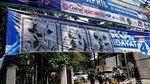 Poster Baja Hitam Tutupi Spanduk Caleg dan Capres di Bandung