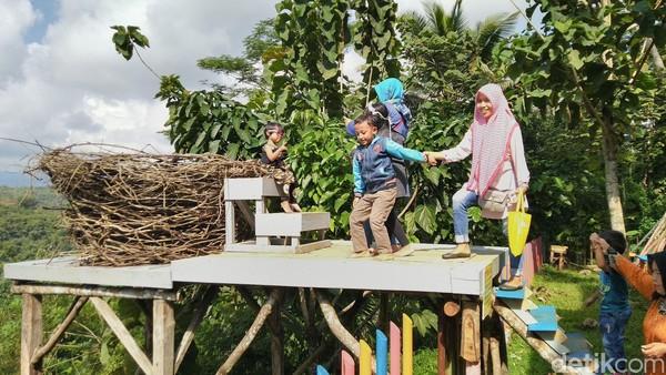 Tak hanya menyuguhkan wisata foto, ada beberapa wahana lainnya, khususnya bagi anak-anak seperti flying fox anak, arena bermain anak dan outbond anak (Dadang Hermansyah/detikcom)