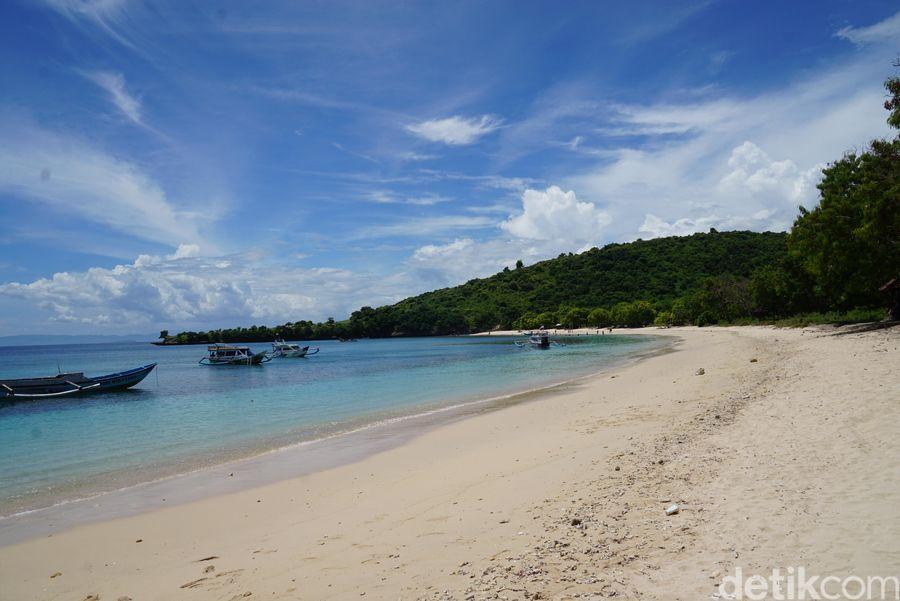 Liburan ke Lombok, Pantai Pink menjadi destinasi wajib wisatawan. Keindahan pantai dengan pasir merah muda ini menarik mata siapapun yang datang. (Syanti/detikcom)