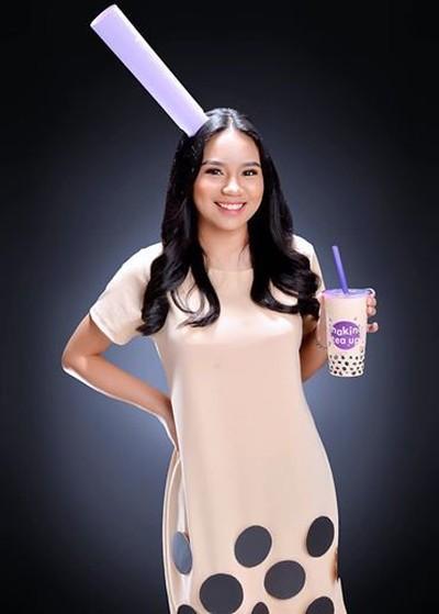 Mahasiswi pakai baju milk tea saat wisuda jadi viral. Foto: Dok. Facebook Em Zuniga