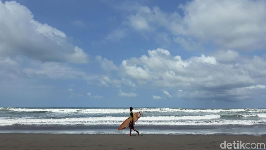 82 Surfer Adu Ketangkasan di Parangtritis Surfing National Competition