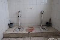 Toilet di China yang belum 'direvolusi0