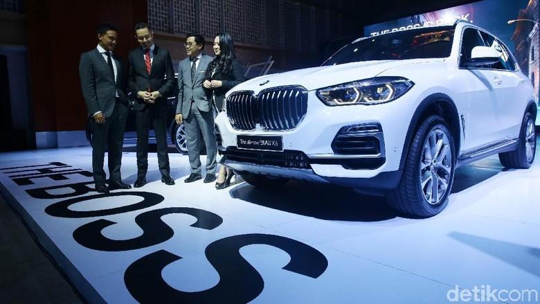 Hamish Daud (paling kiri) berbincang dengan manajemen BMW Indonesia Foto: Grandyoz Zafna