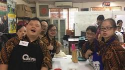 Sejumlah 24 murid pelatihan Ikatan Sindroma Down Indonesia mengadakan baking class. Sering diremehkan oleh banyak orang, yuk lihat kelihaian mereka.