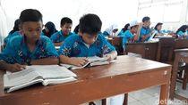 Kreatif! Pelajar di Gunungkidul Ini Pakai Batik Desain Sendiri ke Sekolah