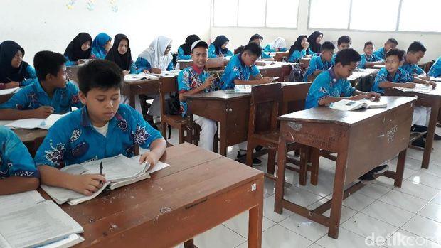 Murid SMPN 3 Playen Gunungkidul ke sekolah pakai batik desainnya sendiri.