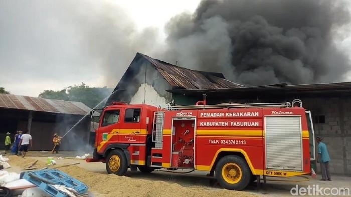 Petugas PMK berusaha memadamkan api (Foto: Muhajir Arifin)