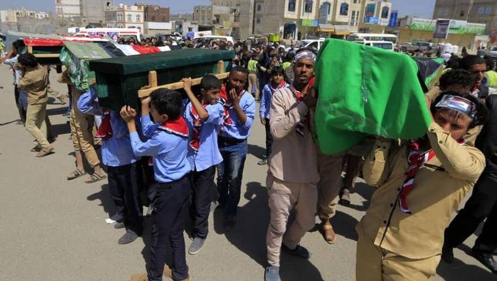Pemakaman Massal Untuk 14 Anak-anak Yaman yang Tewas Akibat Ledakan