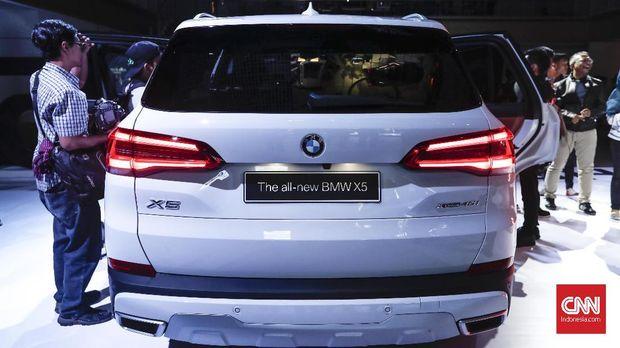 Suspensi udara pada mobil ini juga dapat merendah otomatis saat pintu belakang terbuka, fungsinya agar memasukan barang ke bagasi belakang jadi lebih mudah.