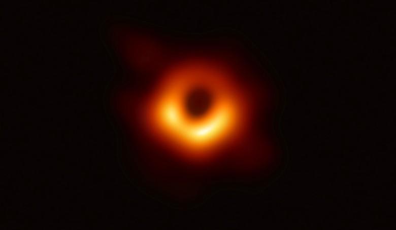 Untuk pertama kalinya, astronom dapat menangkap gambar lubang hitam (black hole) yang selama ini jadi misteri wujudnya. (Foto: Reuters)