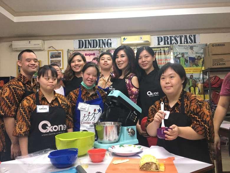 Sekitar 14 siswa dan siswa Centre of Hope Ikatan Sindroma Down Indonesia (ISDI) Sunter unjuk kebolehan memasak pastry Picnic Roll bersama dokter sekaligus selebrita Sonia WIbisono. (Foto: Frieda Isyana Putri/detikHealth)