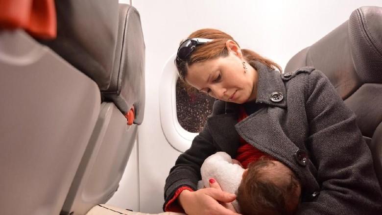 Ilustrasi ibu menyusui di pesawat (iStock)