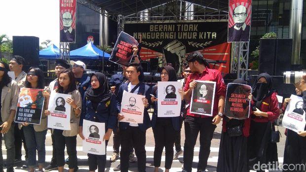 Aksi peringatan 2 tahun kasus teror terhadap penyidik KPK Novel Baswedan di depan gedung KPK, Kuningan Persada, Jaksel, Kamis (11/4/2019)